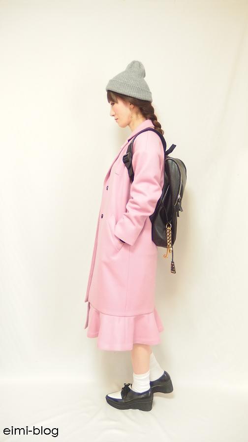 ピンクのチェスターコート ニット帽 リュック