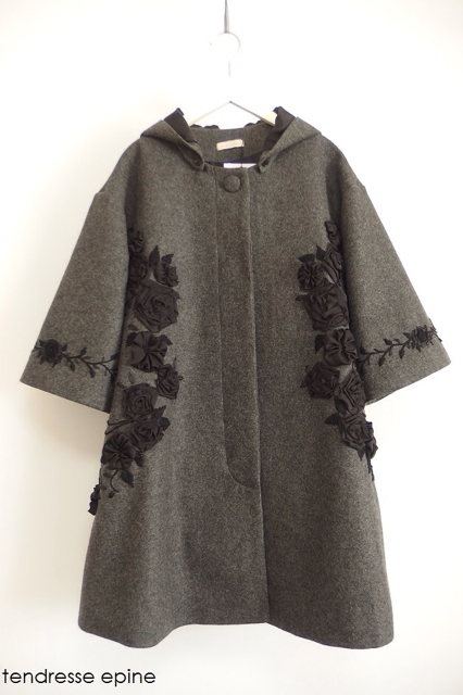 大人ガーリー系ファッション通販テンドレスエピーヌ フーテッド華やかフラワー刺繍テントコート