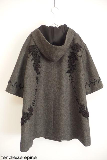 大人ガーリー系ファッション通販テンドレスエピーヌ フーテッド華やかフラワー刺繍テントコート バックスタイル