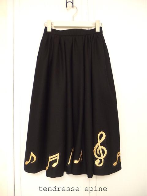 大人フェミニンファッション通販サイト,膝下丈の音符刺繍スカート