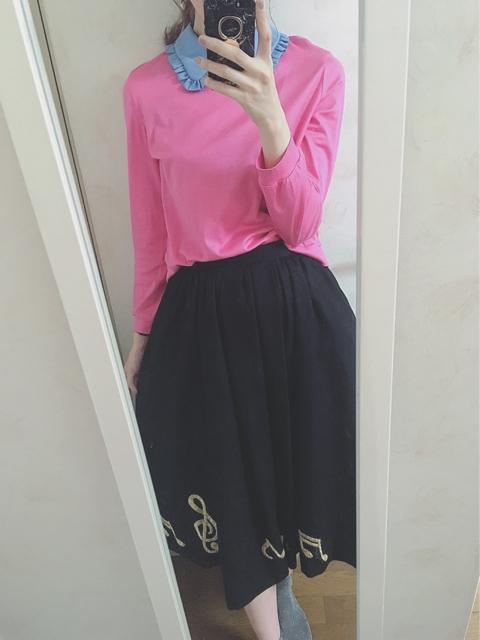大人フェミニンファッション,音符刺しゅうのスカートコーディネート