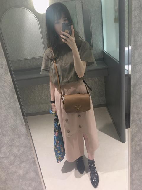 チュールTシャツとトレンチ風アシメスリットスカートのコーディネート
