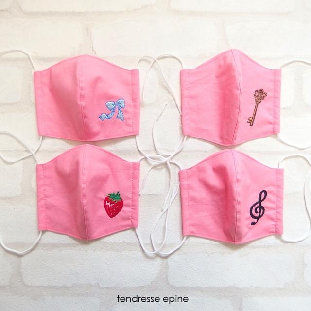 ピンク刺しゅう入り布マスク