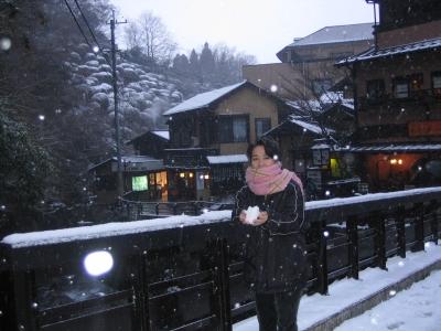 あまりの寒さに、顔が出せません。でも、しっかり雪を手にしてみました。ふんわり柔らかくて、冷たかった!(>_<)