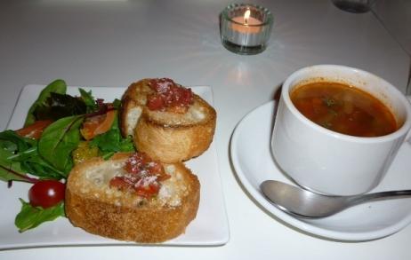 トマトのブルスケッタとサーモンのカルパッチョ