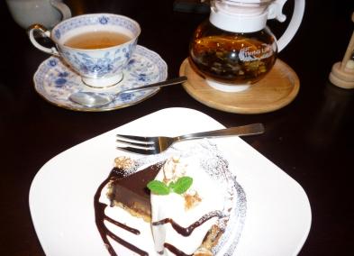 チョコレートタルトとハーブティー