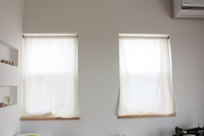カーテン 上げ下げ 窓