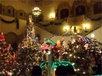市庁舎内にはクリスマスツリーがいっぱい