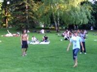ブルク公園でサッカーに興じる若者