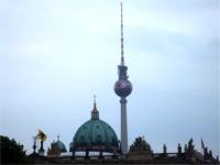 サッカーボール模様のテレビ塔
