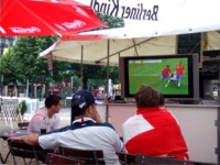 ウンター・デン・リンデン沿いのオープンカフェでチェコ−ガーナ戦を観戦