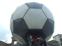 サッカーボール状のイベントスペース