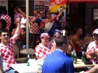 気勢を上げるクロアチアサポーター