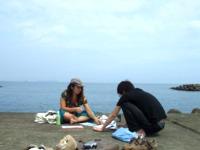 海辺でミーティングするIさんとイソップ