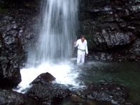 サバちゃん滝に突入!