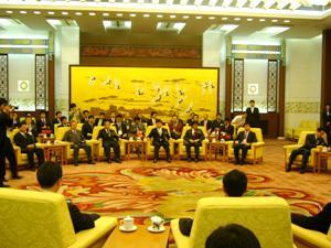 河南庁で要人会見に臨む受賞者たち