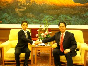 中国人経営者シエンランと握手するMLOS