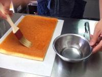 キルシュを混ぜたシロップをスポンジ生地に均等に塗っていきます
