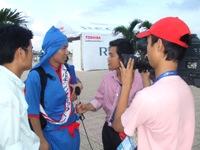 ベトナムテレビの取材を受けるゴリ