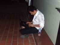 深夜野外で作業するゴリ(フラッシュ撮影)