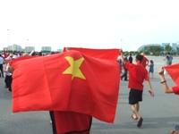ミー・ディン・ナショナルスタジアムに続々と集まるベトナム人サポーター