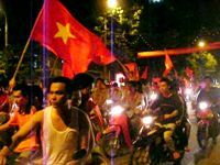 バイクで旧市街をパレードして廻るベトナム人サポーター