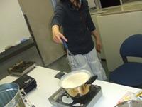 沸騰させすぎでプリンが鍋から溢れ出す場面も