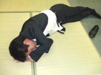 オフィスで寝込むとんこつ