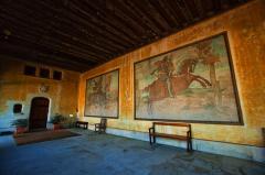 シャトー・ド・ラ・ヴェルリーの客室入口にある城の由来の壁画