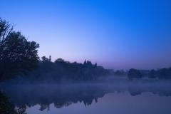 シャトー・ド・ラ・ヴェルリーの入口脇の道路からの霧の夜明け