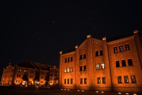 横浜赤レンガ倉庫と星空、オリオン座、過日の空