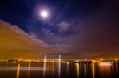 横浜/大桟橋埠頭、夜景、月、ベイブリッジ、賑やかな夜