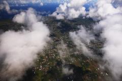 ハワイ島空撮、雲と一緒になって空中を漂う