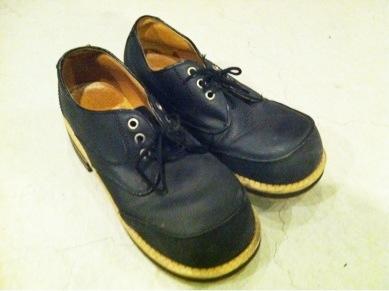 ポッコリ丸い靴がかなり可愛い感じです(^^) ご近所物語のツトムくんが履いてそうな感じです。