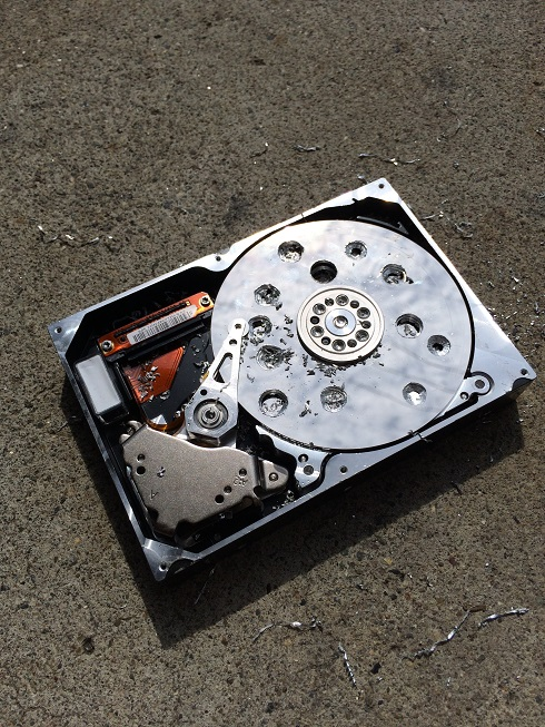 HDDのディスク面を破壊します