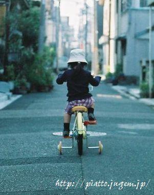 10メートルほど一人旅気分の幼児。