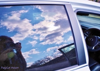 車窓に映り込む空