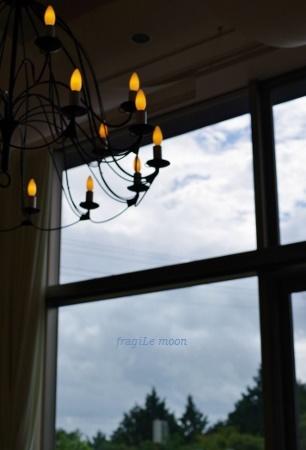 窓から見る比叡の空