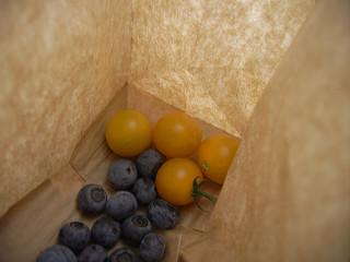 ミニトマトとブルーベリー