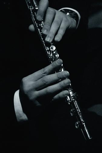 フルートを奏でる指
