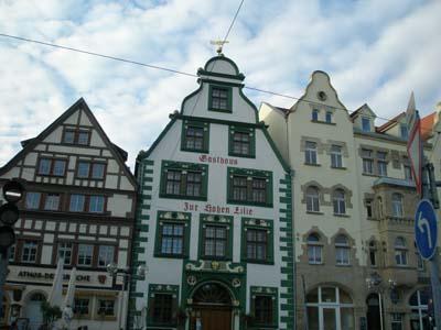 ドーム広場のかわいい屋根の家