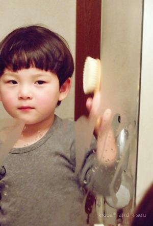 普段はそんなに、というか全く鏡を見ない息子ですがさすがに気になるみたい。切りすぎ??