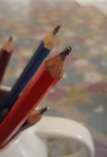 鉛筆削りは使うと先が尖りすぎて字が書きにくいそうです。そのため先の柔らかくなるナイフ削りがベスト!