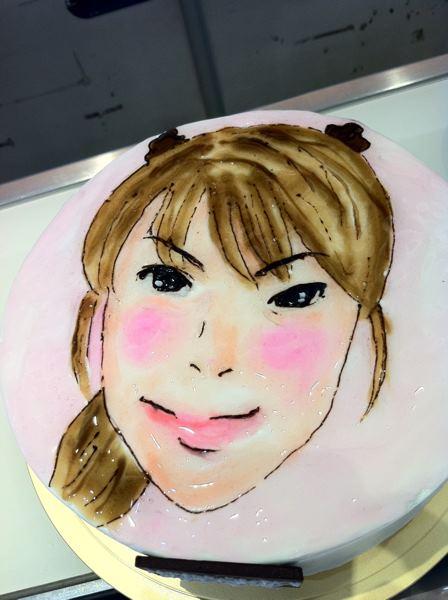 似顔絵職人!!大岩根さんが書いた池上公香さんの似顔絵ケーキ