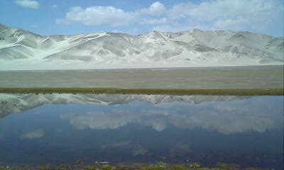 湖に砂の山が・・・
