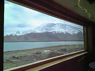 こっちの窓から・・・(見えている雪山はたぶんムスタグァタ峰7546m)