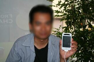 iPhone 3GSをもつせう氏