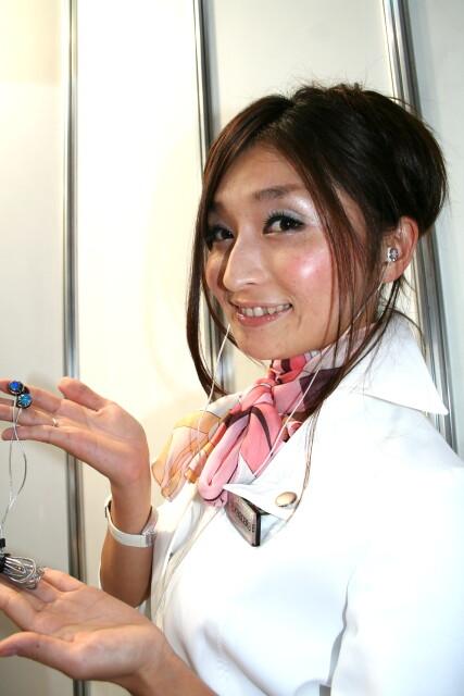 コンパニオンさんに京都オパールヘッドホンを装着してもらいました