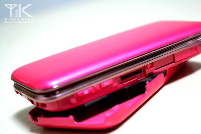 S002 Precious Pink 画像(背面のカバーを外したところ。microSDはカバーを外して挿入)