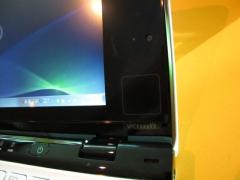 ディスプレイ右側にはタッチパッドセンサー